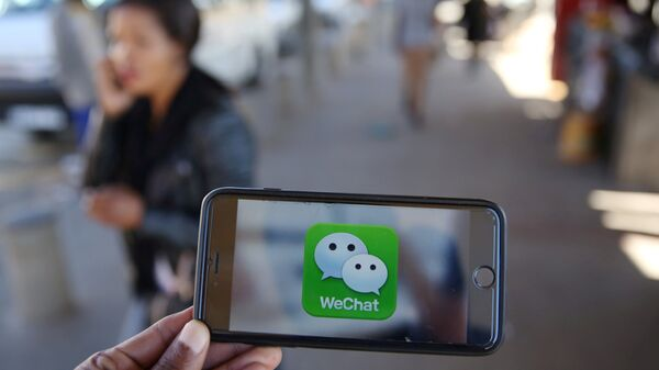 Un logotipo de WeChat se muestra en un teléfono móvil - Sputnik Mundo