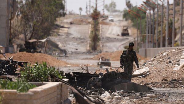 Un combatiente de las Fuerzas Democráticas de Siria (FDS) en la ciudad siria de Tabqa - Sputnik Mundo
