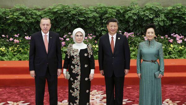El presidente chino Xi Jinping, su esposa Peng Liyuan, el presidente turco Recep Tayyip Erdogan y su esposa Emine asisten al banquete de bienvenida para Un cinturón, una ruta - Sputnik Mundo