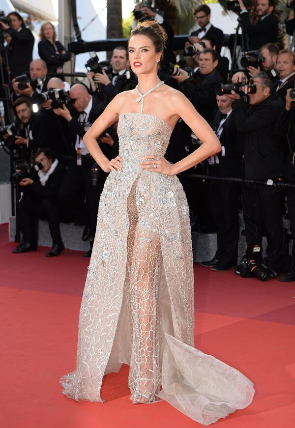 Los vestidos más provocativos de Cannes - Sputnik Mundo