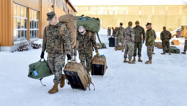 Marines estadounidenses caminan después de aterrizar en Stordal, Noruega - Sputnik Mundo