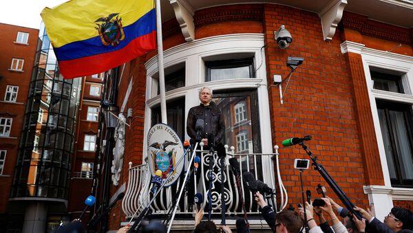 Julian Assange en el balcón de la Embajada de Ecuador en Londres - Sputnik Mundo
