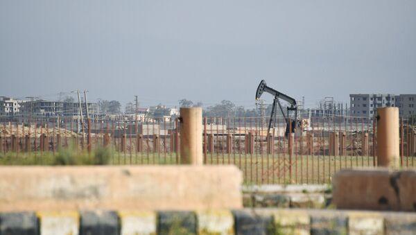 Un pozo de petróleo en Deir Ezzor, Siria - Sputnik Mundo