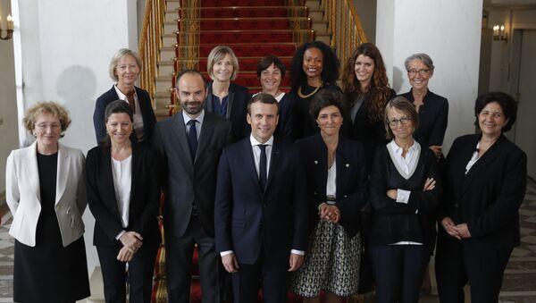 Emmanuel Macron, presidente de Francia, Edouard Philippe, primer ministro francés, con las mujeres del Gobierno galo - Sputnik Mundo