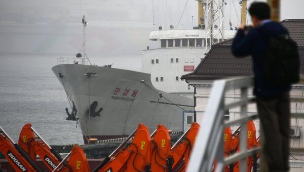 Ferri norcoreano Man Gyong Bong en el puerto ruso de Vladivostok - Sputnik Mundo