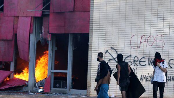 Manifestantes contra Temer incendian sede del Ministerio de Agricultura de Brasil - Sputnik Mundo