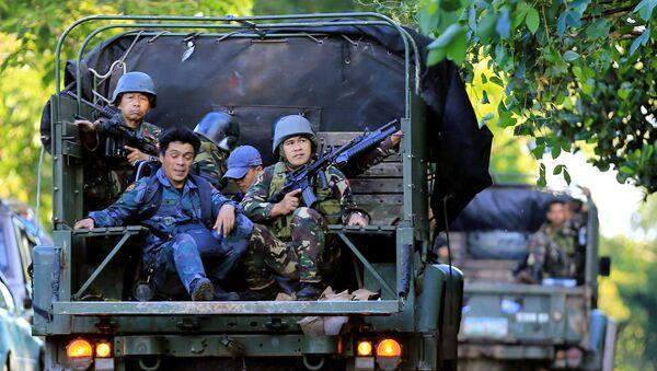 Los saldados filipinos patrullan Marawi, Filipinas - Sputnik Mundo