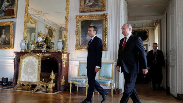 Emmanuel Macron, presidente de Francia, y su homólogo ruso, Vladímir Putin - Sputnik Mundo