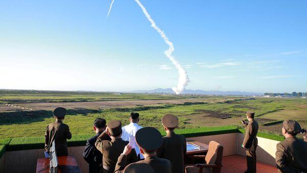 Kim Jong-un, líder norcoreano, presenciando el ensayo de un misil (archivo) - Sputnik Mundo