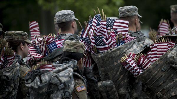 Soldados estadounidenses con banderas del país - Sputnik Mundo