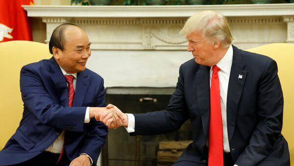 Primer ministro de Vietnam, Nguyen Xuan Phuc, y presidente de EEUU, Donald Trump - Sputnik Mundo