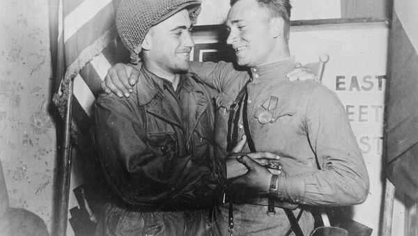 El teniente estadounidense William Robertson y el teniente soviético Alexandr Silvashko - Sputnik Mundo