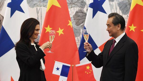 Vicepresidenta y canciller de Panamá, Isabel de Saint Malo, y ministro de Asuntos Exteriores de China, Wang Yi - Sputnik Mundo