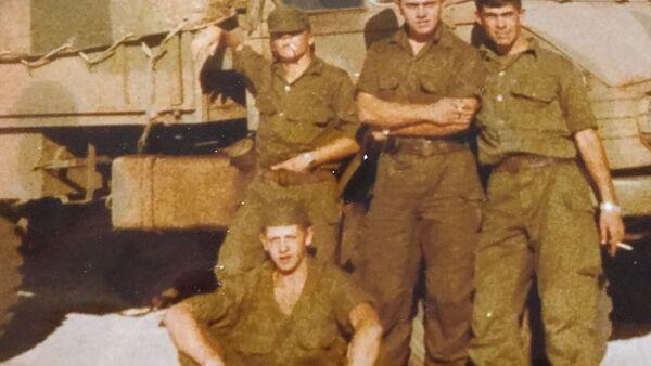 El soldado Germán Feldman (abajo) con compañeros de su tropa en la guerra de Malvinas - Sputnik Mundo