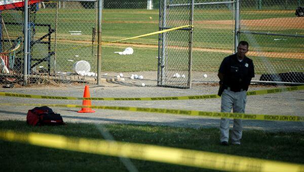 Un policía en el lugar del tiroteo en Virginia, EEUU - Sputnik Mundo