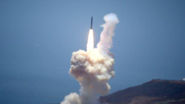 Elemento del sistema de defensa contra misiles balísticos de Estados Unidos se lanza durante una prueba en la Base Aérea de Vandenberg - Sputnik Mundo