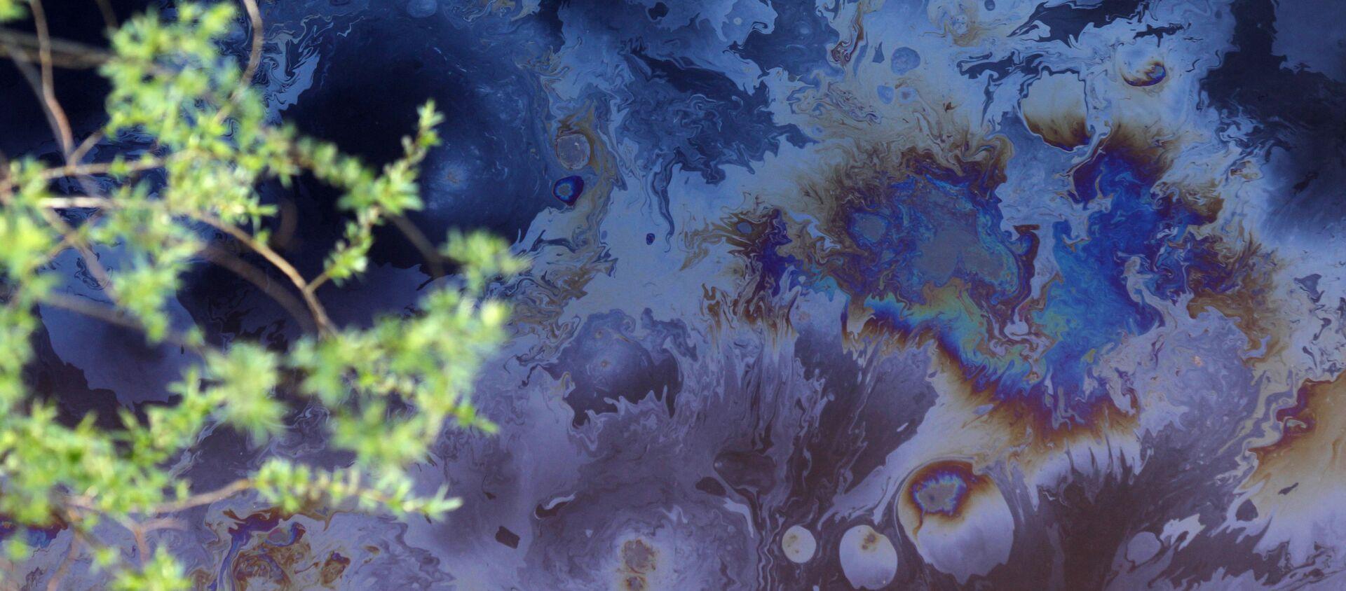 Una mancha de petróleo en un río - Sputnik Mundo, 1920, 02.09.2020