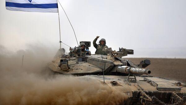 Soldados israelíes a bordo del tanque Merkava (archivo) - Sputnik Mundo
