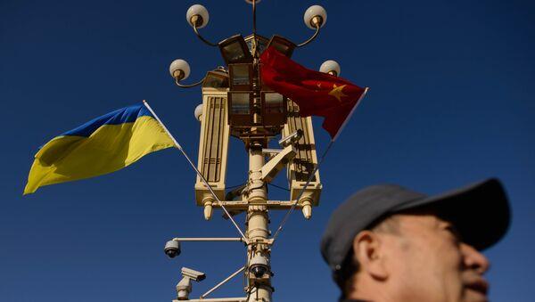 Banderas de Ucrania y China - Sputnik Mundo