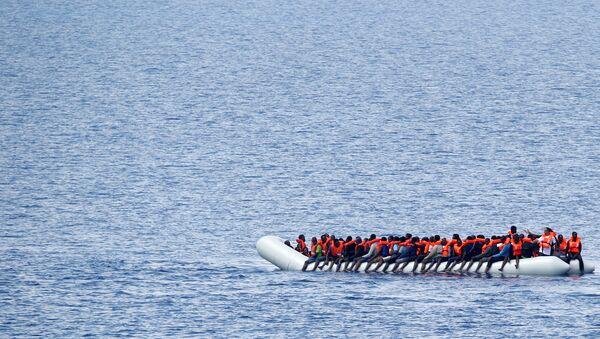 Los migrantes en el barco en el Mediterráneo - Sputnik Mundo
