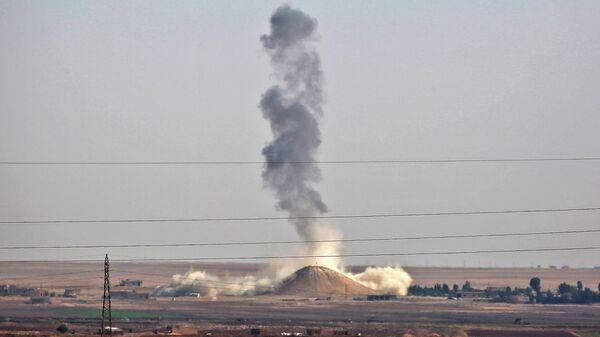 Humo se levanta tras un ataque aéreo de la coalición liderada por Estados Unidos - Sputnik Mundo