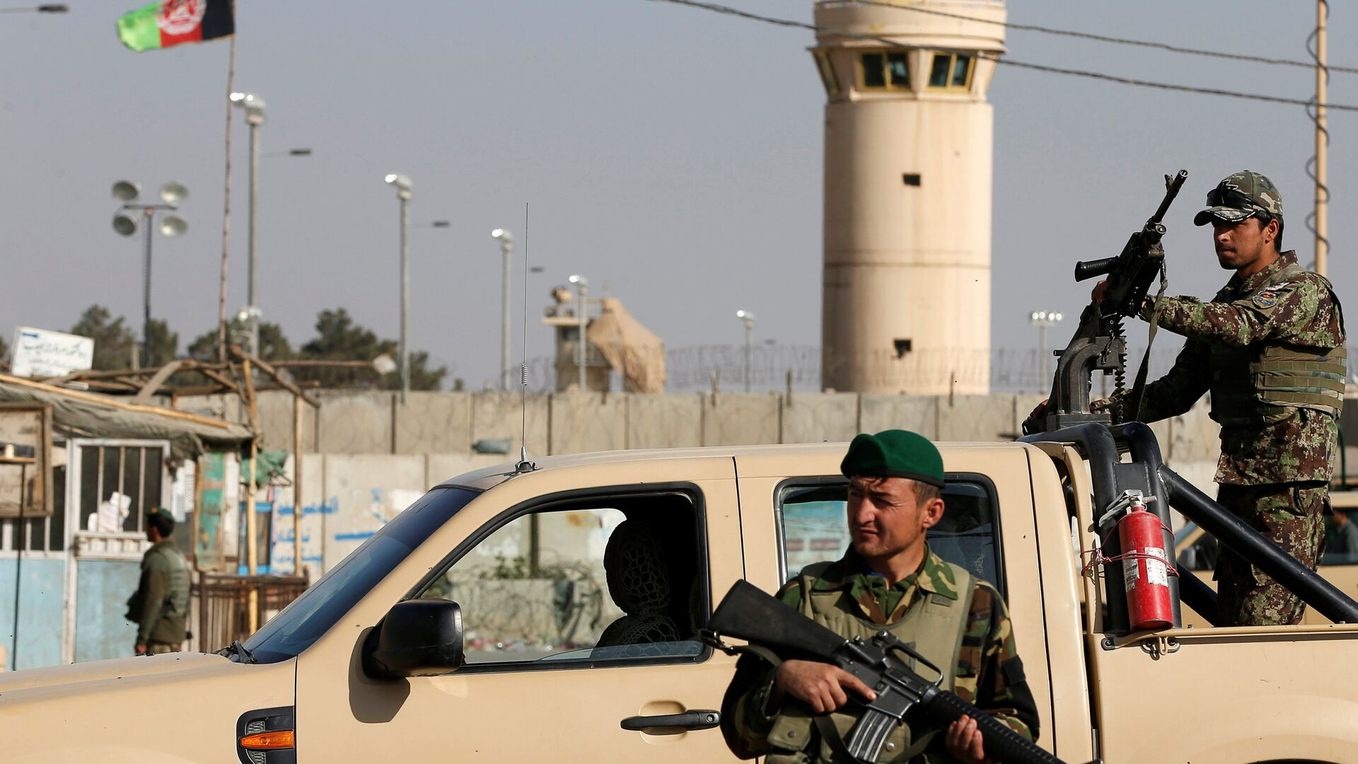 Afghan National Army (ANA) soldiers keep watch outside the Bagram Airfield entrance gate, after an explosion at the NATO air base, north of Kabul, Afghanistan November 12, 2016. - Sputnik Mundo, 1920, 09.08.2021
