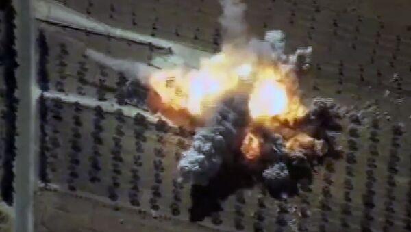 Un impacto del misil de crucero ruso Kalibr contra un almacén de los terroristas en Siria (archivo) - Sputnik Mundo