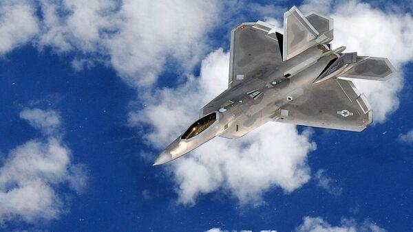 Un caza F-22 Raptor volando sobre el Océano Pacífico - Sputnik Mundo