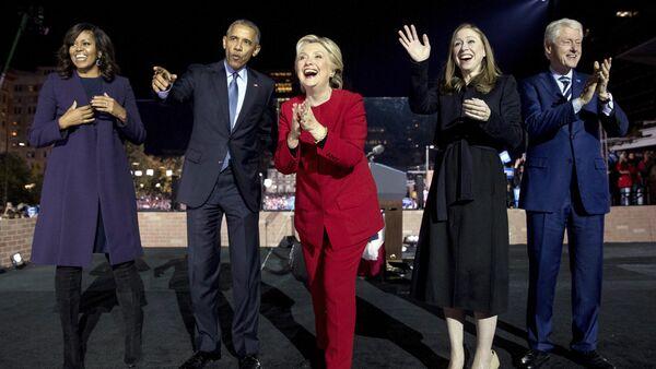 Excandidata a la presidencia de EEUU, Hillary Clinton (en el centro) rodeada de los expresidentes demócratas Barack Obama (a la izquierda) y Bill Clinton (a la derecha) - Sputnik Mundo