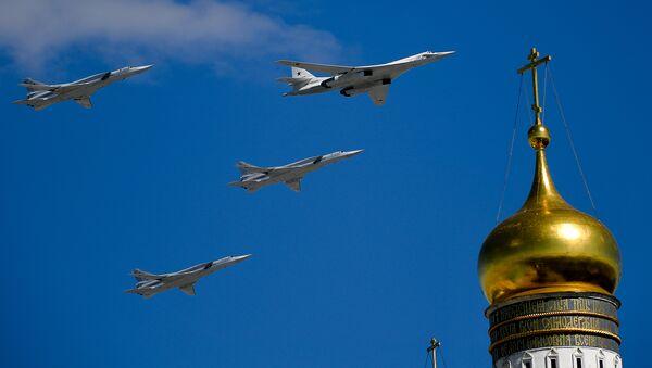 Los bombarderos rusos Tu-160 y Tu-22M3 durante el ensayo del desfile militar en Moscú, Rusia - Sputnik Mundo