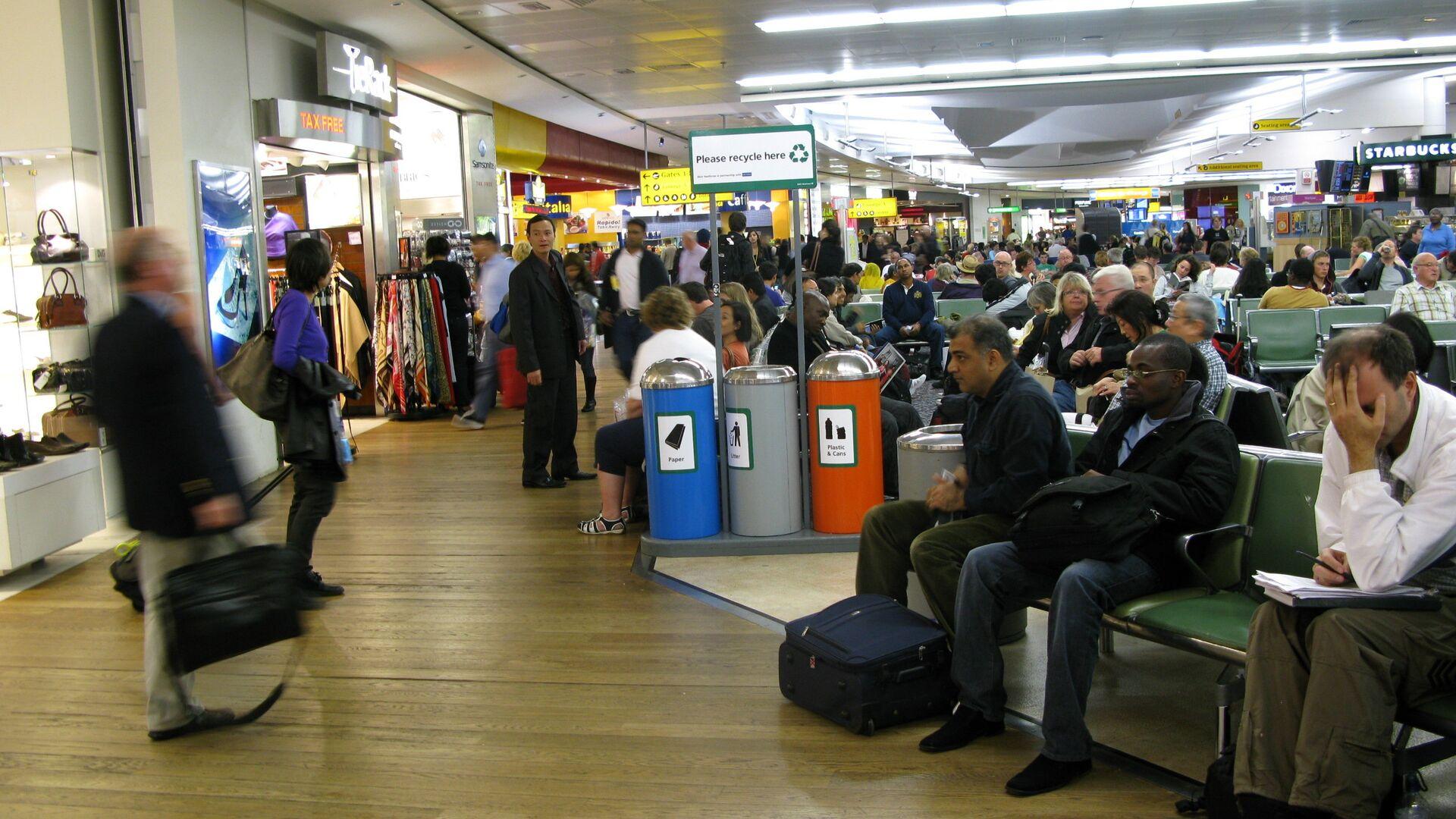 Los pasajeros esperan en un termilal del aeropuerto Heathrow, Londres (archivo) - Sputnik Mundo, 1920, 17.09.2021