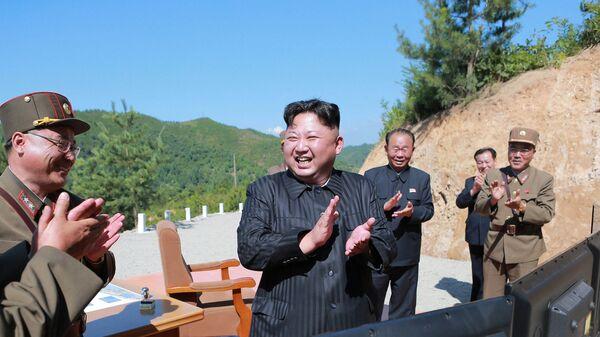 Kim Jong-un, líder de Corea del Norte, tras el lanzamiento de prueba del misil Hwasong-14 - Sputnik Mundo