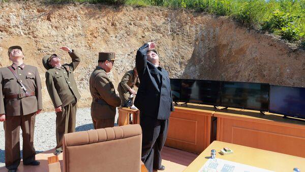 El líder de Corea del Norte, Kim Jong-un, durante el ensayo del misil Hwasong-14 - Sputnik Mundo