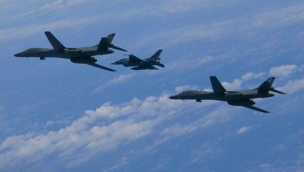 Un avión caza F-2, de la Fuerza Aérea de Japón, y los bombarderos estadounidenses B-1B Lancer - Sputnik Mundo