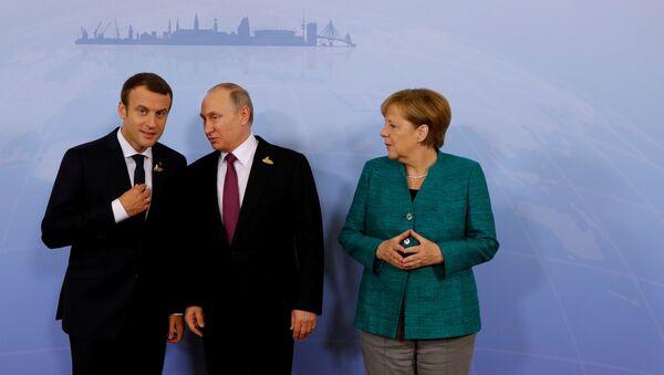 Los presidentes de Francia y Rusia, Emmanuel Macron y Vladímir Putin, y la canciller alemana, Angela Merkel - Sputnik Mundo