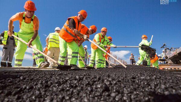 Se pone el asfalto en el puente de Crimea - Sputnik Mundo