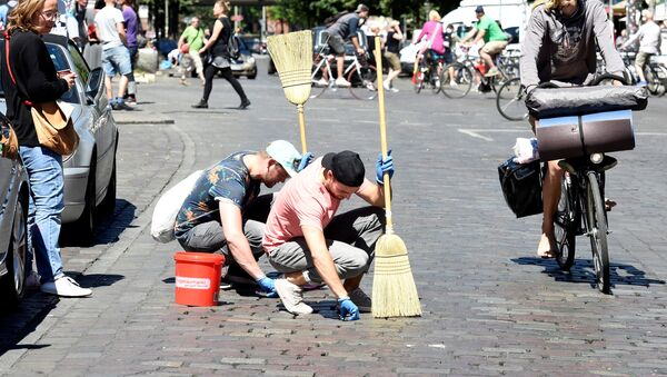 La gente limpia las calles de Hamburgo después de la cumbre del G20 - Sputnik Mundo