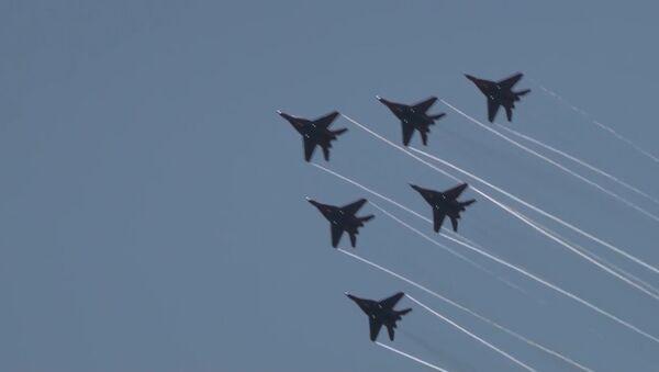El famoso grupo de acrobacia aérea sobrevuela San Petersburgo - Sputnik Mundo