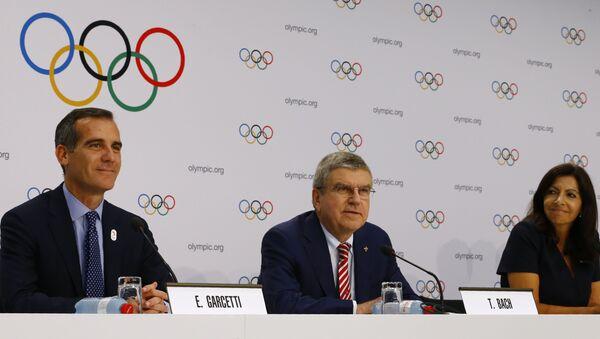 Presidente del COI, Thomas Bach, alcaldes de Los Ángeles y París, Eric Garcetti y Anne Hidalgo - Sputnik Mundo
