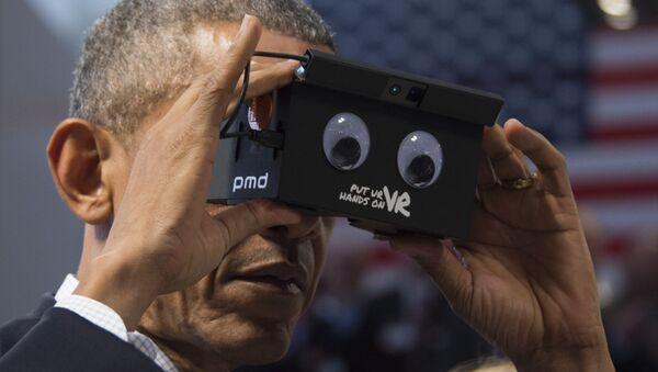 Barack Obama, expresidente de EEUU, usando un dispositivo de realidad virtual (archivo) - Sputnik Mundo