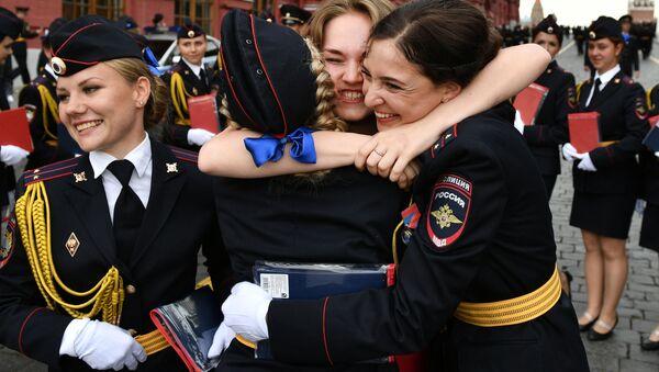 Así lucen los recién graduados de la Universidad del Ministerio del Interior en la Plaza Roja - Sputnik Mundo