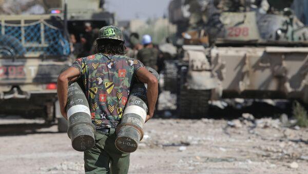 Un soldado libio con la munición en Bengasi, Libia (archivo) - Sputnik Mundo