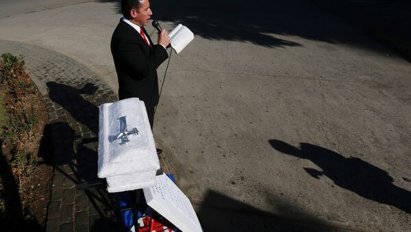 Un manifestante contra el proyecto de ley de aborto lee la Biblia en Valparaíso, Chile - Sputnik Mundo