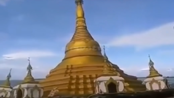 Una pagoda budista es tragada por las aguas en Birmania - Sputnik Mundo