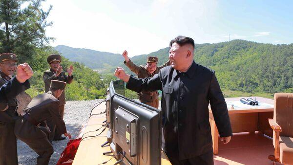 Kim Jong-un, líder de Corea del Norte, tras el lanzamiento del misil Hwasong-14 - Sputnik Mundo