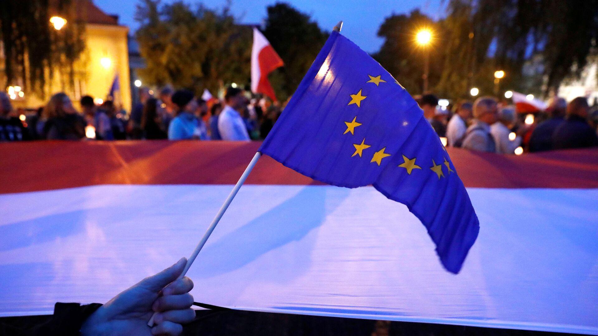 Las banderas de la UE y Polonia - Sputnik Mundo, 1920, 06.08.2021