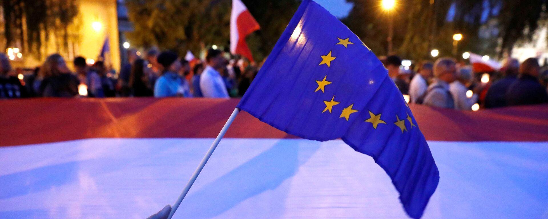 Las banderas de la UE y Polonia - Sputnik Mundo, 1920, 08.10.2021