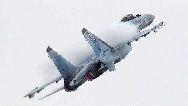 El caza ruso Su-35 en medio de una maniobra de acrobacia aérea en el marco del Salón Internacional Aeroespacial MAKS 2017 - Sputnik Mundo