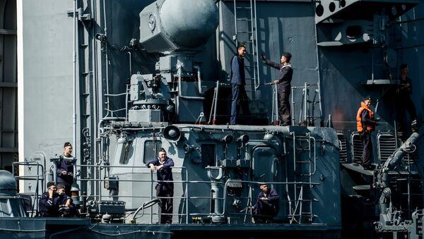 Varios tripulantes de un destructor de Rusia - Sputnik Mundo