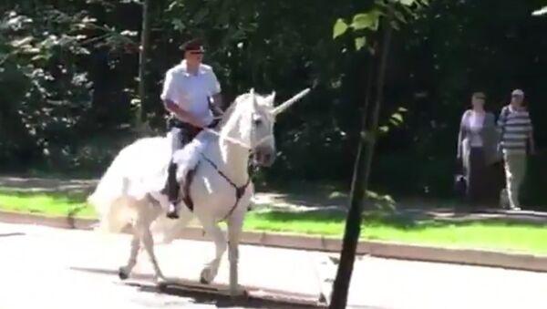 Mientras tanto en Rusia… policía monta un 'unicornio' en Moscú - Sputnik Mundo